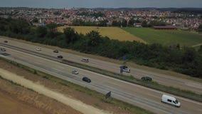 Vogelperspektive eines deutschen Autobahn mit Bauarbeiten stock video