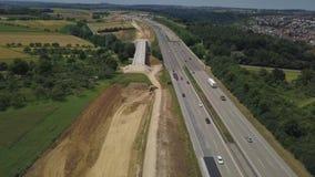 Vogelperspektive eines deutschen Autobahn mit Bauarbeiten stock footage