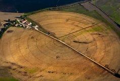 Vogelperspektive eines Dorfs mit Feldern in den Kreisen Lizenzfreie Stockbilder