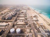 Vogelperspektive eines enormen Kraftwerks auf dem Ufer des Meeres in Dubai, UAE Stockfoto