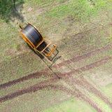 Vogelperspektive eines enormen Schlauchwarenkorbes benutzt von den Landwirten, um das Ackerland, Deutschland zu bewässern nahe Gi Lizenzfreies Stockfoto