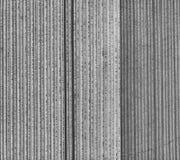 Vogelperspektive eines Feldes mit jungen Kartoffelpflanzen, geometrischer Effekt der frischen Pflugbahnen auf das Feld, abstrakte Stockbild