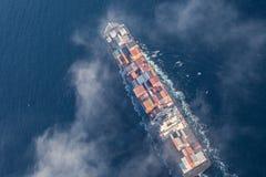 Vogelperspektive eines Frachtschiffs in Meer lizenzfreies stockfoto