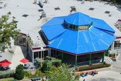 Vogelperspektive eines Gebäudes mit blauem Dach in Lakeland, Florida Stockbild