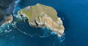 Vogelperspektive eines großen Bildungsrocks im Cantabric-Meer stock footage