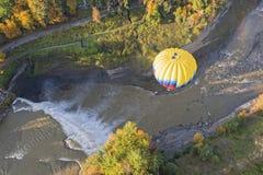 Vogelperspektive eines Heißluft-Ballons unten Lizenzfreies Stockfoto