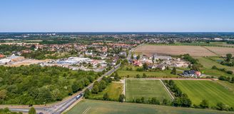 Vogelperspektive eines Industriegebiets auf den Stadtränden von Wolfsburg, Deutschland, mit einem Fußballplatz im Vordergrund Lizenzfreie Stockfotos