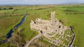 Vogelperspektive eines irischen allgemeinen freien touristischen Marksteins, Quin Abbey, Grafschaft Clare, Irland Lizenzfreies Stockbild