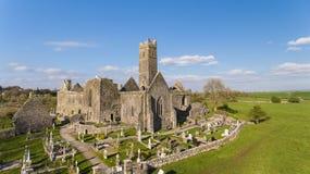 Vogelperspektive eines irischen allgemeinen freien touristischen Marksteins, Quin Abbey, Grafschaft Clare, Irland Lizenzfreie Stockfotos