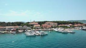 Vogelperspektive eines kleinen Schnellboots, das geht, parkte am Marinesoldaten in Kroatien stock video footage