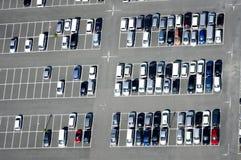 Vogelperspektive eines Parkplatzes Lizenzfreie Stockfotos