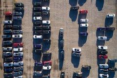 Vogelperspektive eines Parkplatzes mit vielen Autos Stockfoto