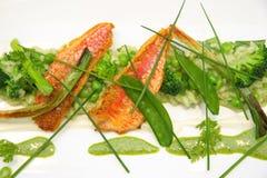 Vogelperspektive eines Risotto mit Meerbarbefischen, Spargel broccol Stockfotos