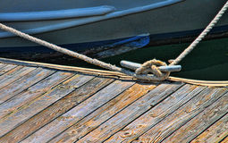 Vogelperspektive eines rowbaot gebunden an einem woden Dock Stockfotos