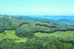 Vogelperspektive eines rumänischen Waldes stockfotos