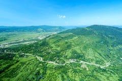 Vogelperspektive eines rumänischen Waldes stockbilder