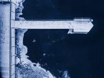 Vogelperspektive eines Schnee bedeckten Piers am Winter stockbild