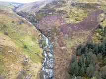 Vogelperspektive eines Tales mit Fluss und des Wasserfalls in Wales - Vereinigtem Königreich Lizenzfreie Stockfotos