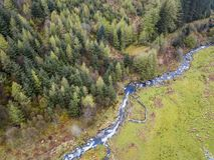 Vogelperspektive eines Tales mit Fluss und des Wasserfalls in Wales - Vereinigtem Königreich Lizenzfreie Stockfotografie