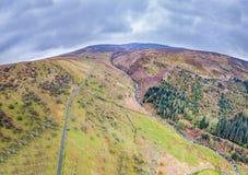 Vogelperspektive eines Tales mit Fluss und des Wasserfalls in Wales - Vereinigtem Königreich Stockfotos