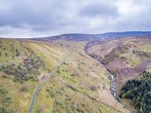 Vogelperspektive eines Tales mit Fluss und des Wasserfalls in Wales - Vereinigtem Königreich Stockfoto