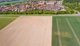 Vogelperspektive eines Vororts auf den Stadtränden von Wolfsburg in Deutschland, mit Reihenhäusern, Doppelhäusern und Einzelhäuse Lizenzfreie Stockfotos