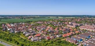 Vogelperspektive eines Vororts auf den Stadtränden von Wolfsburg in Deutschland, mit Reihenhäusern, Doppelhäusern und Einzelhäuse Stockbild