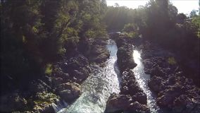 Vogelperspektive eines Wasserfalls und der Landschaft in Chile stock video