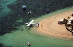 Vogelperspektive eines Wasserflugzeugs an einem tropischen Erholungsort Lizenzfreies Stockfoto