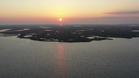 Vogelperspektive-Fliegen über Bucht in Sonnenaufgang stock video footage