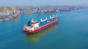 VOGELPERSPEKTIVE: Fliegen über dem enormes Schiff gefüllten Bewegen in das ruhige Meer Fracht, die durch große internationale Fra stock video footage