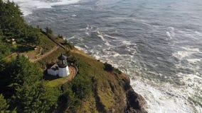 Vogelperspektive-Fliegen über Kap Mears-Leuchtturm-Pazifischem Ozean stock footage