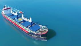 VOGELPERSPEKTIVE: Fliegen ?ber dem enormes Schiff gef?llten Bewegen in das ruhige Meer Fracht, die durch gro?e internationale Fra stock video