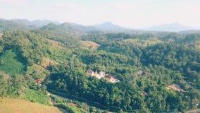 Vogelperspektive, fliegend über die Berge und den Wald mit schönen Wolken und Himmel im Sonnenaufgang stock footage