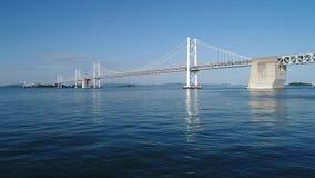 Vogelperspektive, Fortschritt herein von ruhigem, blauem Meer, Seto-Brücke stock video