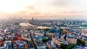 Vogelperspektive-Foto des schönen Sonnenaufgangs an der Stadt von London Lizenzfreie Stockbilder