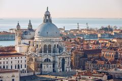 Vogelperspektive Grand Canal s und der Basilika Santa Maria della Salute, Venedig, Italien Venedig ist ein popul?rer touristische lizenzfreie stockfotos