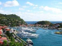 Vogelperspektive an Gustavia-Hafen mit Mega- Yachten in St Barts Stockfoto