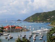 Vogelperspektive an Gustavia-Hafen mit Mega- Yachten in St Barts, Französische Antillen Lizenzfreies Stockfoto