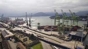 Vogelperspektive-Hafen von Santos - Containerschiff, das an geladen wird Stockbild