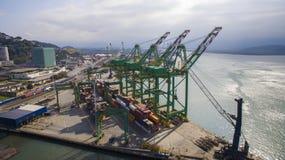 Vogelperspektive-Hafen von Santos - Containerschiff, das an geladen wird Lizenzfreie Stockfotografie