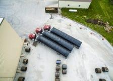 Vogelperspektive halb von den Sattelzügen geparkt mit Stahlspulen Stockfotos