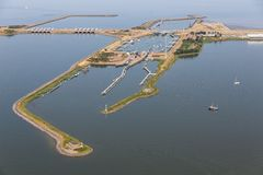 Vogelperspektive-Holländer schwemmt Kornwerderzand zwischen IJsselmeer und Wattenmeer aus stockfotos