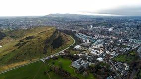 Vogelperspektive-ikonenhafter Markstein-Arthur-` s Seat Hügel in Edinburgh Schottland Großbritannien lizenzfreies stockbild
