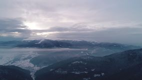 Vogelperspektive im Sonnenaufgangwinterberg stock video