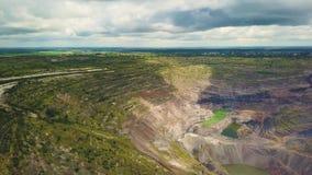 Vogelperspektive industriell vom Tagebausteinbruch mit vielen Maschinerie bei der Arbeit - Ansicht von oben stock video footage