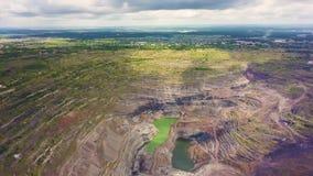 Vogelperspektive industriell vom Tagebausteinbruch mit vielen Maschinerie bei der Arbeit - Ansicht von oben Extraktion des Goldes stock video