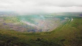 Vogelperspektive industriell vom Tagebausteinbruch mit vielen Maschinerie bei der Arbeit - Ansicht von oben Extraktion des Goldes stock footage