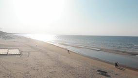 Vogelperspektive 4k der Ostsee in Jurmala, Küstenlinie, sonniger Tag stock footage