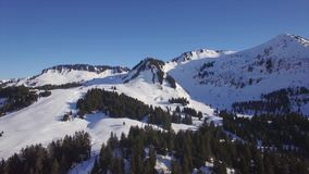 Vogelperspektive 4K der Skistation Praz de Lys in den französischen Alpen in Frankreich stock footage